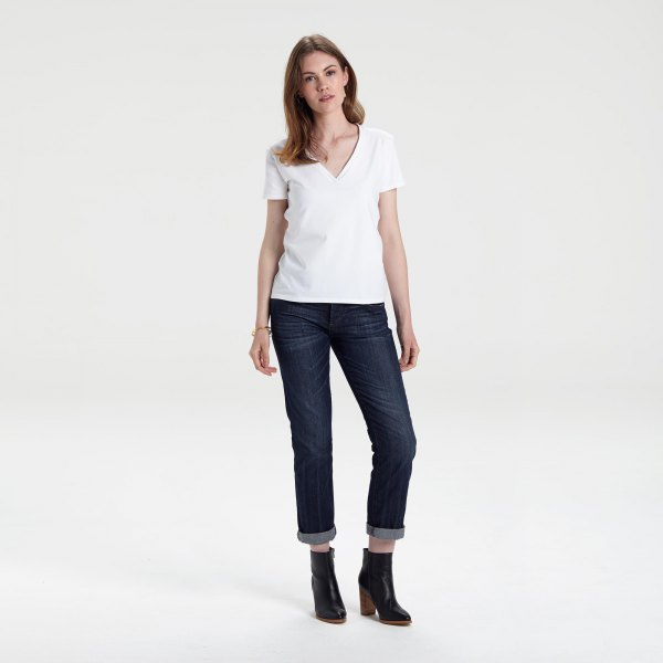white v neck t shirt with dark blue cuffed skinny jeans