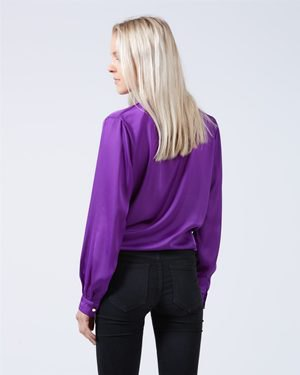 purple puff sleeve shirt with dark blue skinny jeans