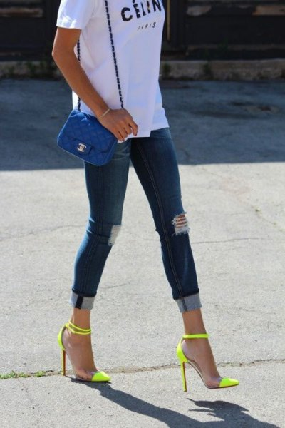 white print tee with dark blue skinny cuffed jeans and high heels
