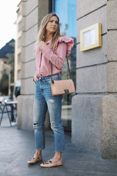 blush ruffle shoulder shirt with cropped blue jeans and pink flats