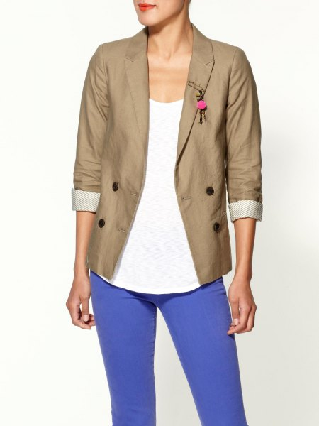 rolled sleeve khaki blazer with white scoop neck tank top and bright blue jeans