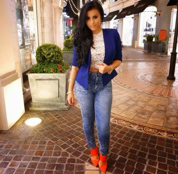 royal blue blazer with lace crop top and skinny jeans