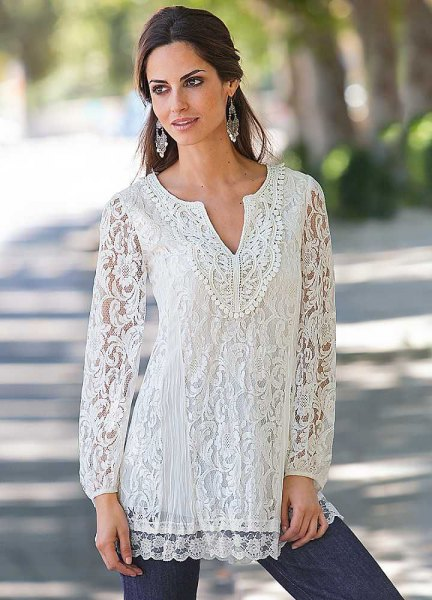 white v neck lace tunic blouse with skinny jeans