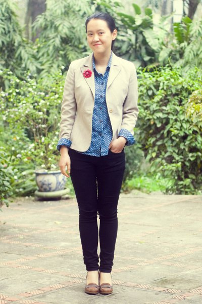 tan blazer with light blue chambray button up shirt and black slim fit jeans