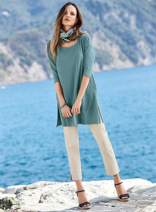 teal half sleeve tunic top with white cropped pants