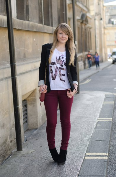 black blazer with white print tee and skinny jeans