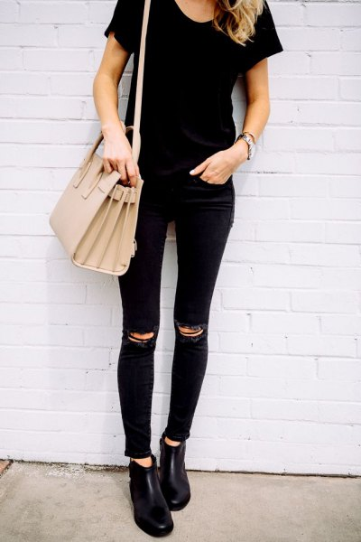 black tee with matching ripped skinny jeans and pink purse