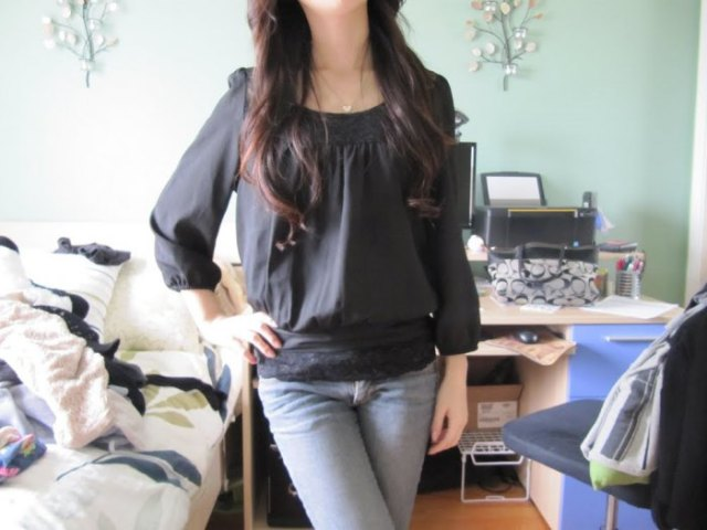 grey boat neck chiffon top with light blue skinny jeans