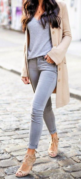 pale pink longline blazer with grey t shirt and skinny jeans