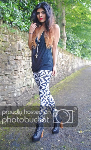 0e53919ca2de2 How to Style Black and White Leggings: Top 15 Stylish Outfit Ideas ...