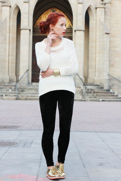 white knit sweater with black skinny jeans and gold low top sneakers