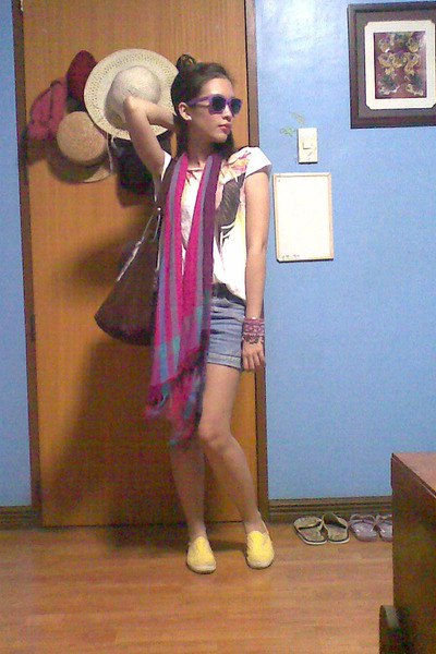 white print tee with pink silk long scarf with mini denim shorts