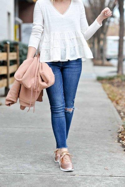 white v neck peplum blouse with black skinny jeans