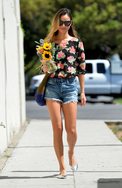 black and pink rose printed blouse with mini shorts and pointed toe heels
