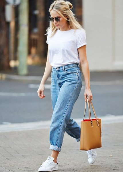 white t shirt with blue cuffed mom jeans and white sneakers