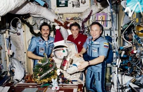 David Wolf (al centro) festeggia il Natale 1997 sulla MIR