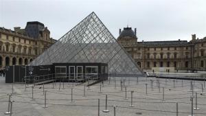 La entrada del Louvre, desierta por las medidas de seguridad foto: Reuters Reinhard Krause