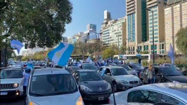 Se realiza un banderazo en contra del gobierno nacional en distintos puntos del país
