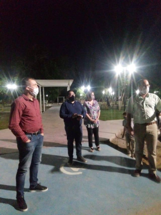 Vecinos y funcionarios de Rivadavia tras inaugurar luminarias led