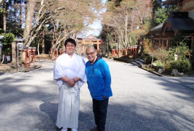 日吉大社 禰宜の矢頭 英征さん(向かって左)と永縄潤