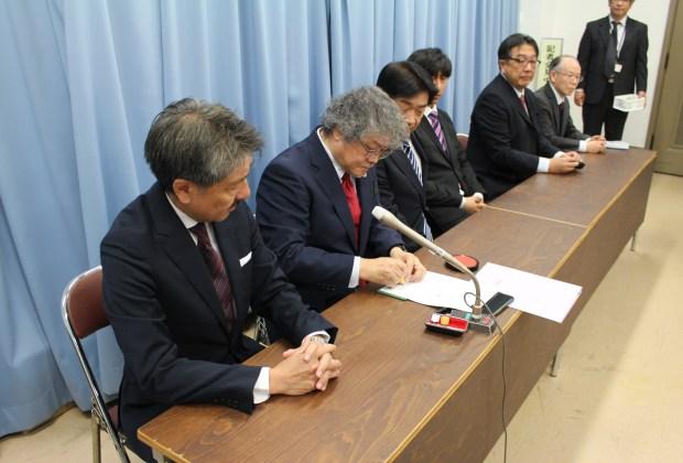 「滋賀県防災ラジオ協議会」合意書に調印するFMおおつの古田誠代表取締役