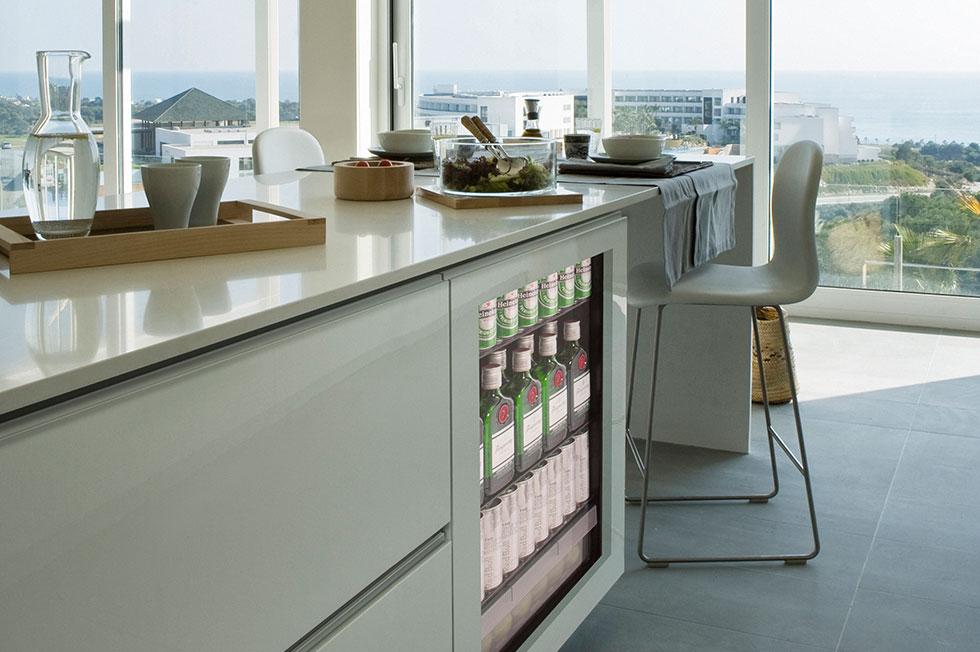 檯下式紅酒櫃、飲料櫃、與小冰箱