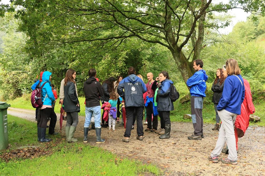 Los educadores dando informaciones sobre la actividad y la ruta por la ribera