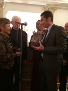 Remise du prix Chiara Lubich pour la fraternité 2.11.15 Carla et le maire de Cannes