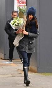 Februari 6, 2017: Meghan Markle a ser mira ta cumprando flor na London.