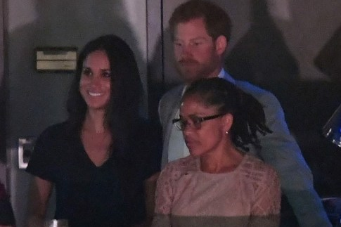 September 30, 2017: Meghan Markle y Prins Harry hunto cu Doria Radlan (mama di Meghan) na e ceremonia di clausura di Invictus Games.