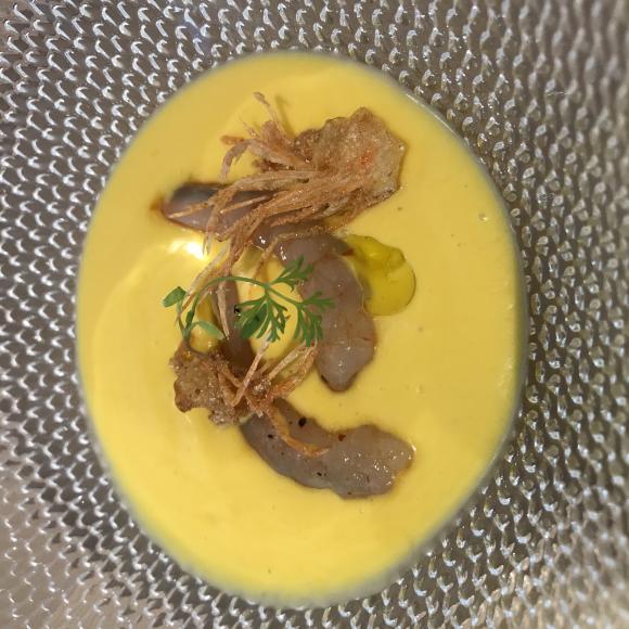 Soupe froide de tomates jaunes et gambas crues préparée par le chef Gonzalo Surado chez Tradevo Centro
