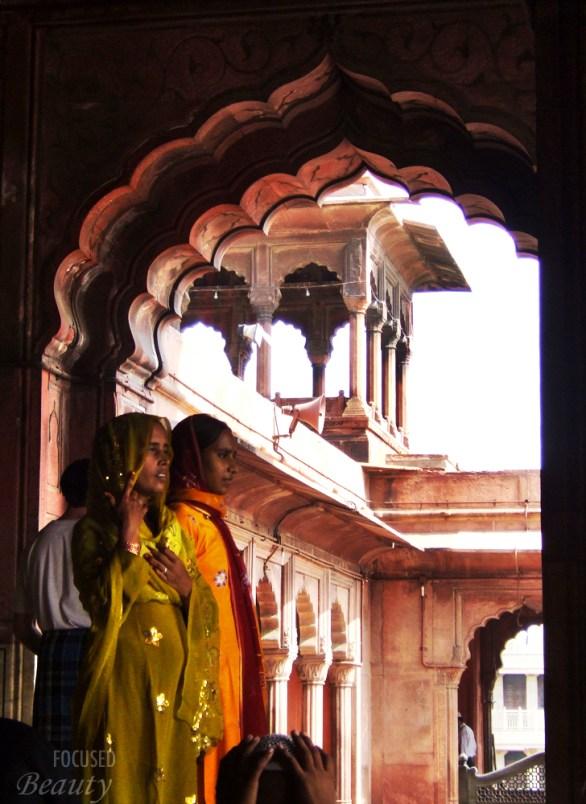 women-standing-the-mosque