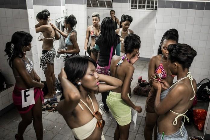 Modellen bereiden zich voor op een zwembroekronde bij de missverkiezingen in Soweto