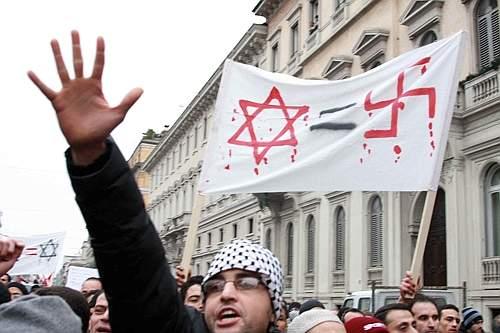 Uno striscione con la stella di Davide e la svastica nazista a Milano (Salmoirago)