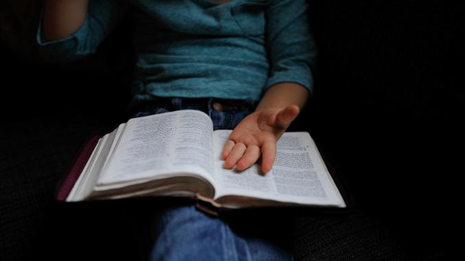 bok över knäet med hand