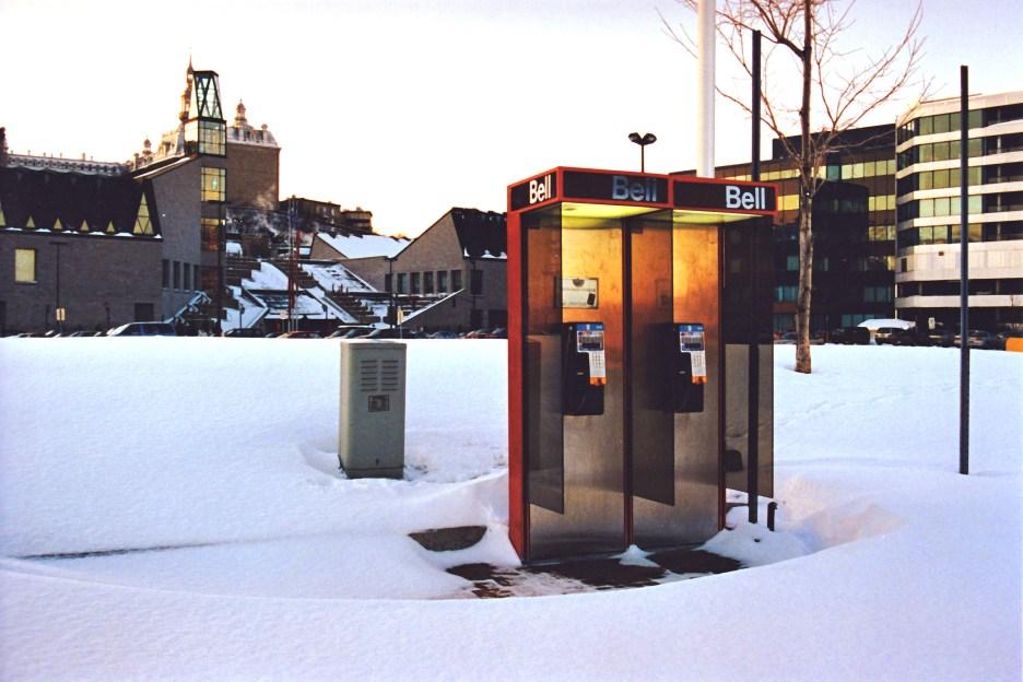 Les telephones publiques dans la neige.