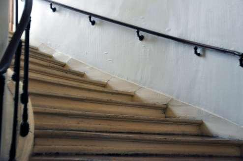Comme beaucoup des Américains, je suis fascinée par les détails des viex bâtiments. Dans ce cas, c'est un escalier dont les étaps montre l'usure des pieds.
