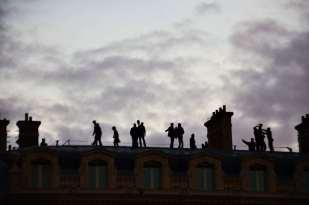 Des silhouettes sur une toit