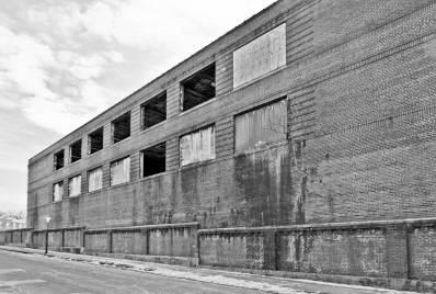 L'extérieur de l'usine abandonée.