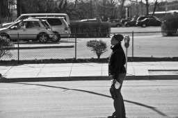 Une femme cherche l'autobus.