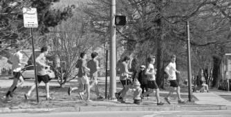 Des étudiants de l'université en train de courir.