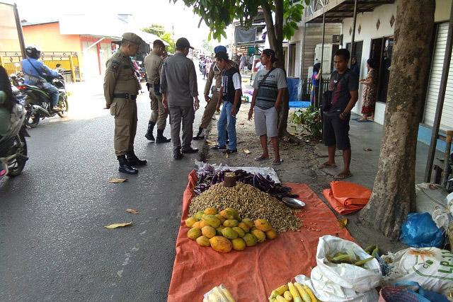 Satpol PP Kapuas Tertibkan Keberadaan Pasar Jalan Barito