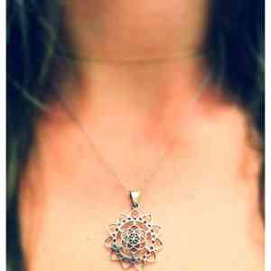 Pandantiv doua simboluri sacre Samanta Vietii si Floare de Lotus