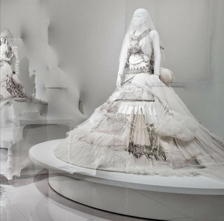 """Izložba Ljubav je ljubav: radost venčanja za sve Žan Pol Gotje evropsku premijeru imaće u beogradskom Muzej savremene umetnosti. Otvaranje izložbe najavljeno je za subotu, 28. novembar 2020. godine i trajaće do 14. februara 2021. godine. Zbog bezbednosnih mera, posetioci će izložbu moći da pogledaju u malim i vrlo kontrolisanim grupama, budući da se karte prodaju po vremenskim slotovima, kao i uz strogo poštovanje propisanih epidemioloških mera. S obzirom na to da je otvaranje prvobitno bilo najvaljeno za 21. novembar, posetioci koji su već obezbedili karte za izložbu putem servisa Ticket.rs, kupljenje ulaznice moći će da zamene za bilo koji drugi termin tokom trajanja izložbe. Izložba Žan Pol Gotjea Ljubav je ljubav: radost venčanja za sve, sa ukupno 38 venčanica visoke mode kreiranih u periodu od 1990. do 2000. godine, nastaje kao finale izložbe Modni svet Žan Pol Gotjea: od trotoara do modne piste, koja je u 12 gradova sveta privukla više od dva miliona posetilaca, obarajući rekorde posete modnih izložbi. Kustosi Natai Bondil i Tijeri Maksim-Lorio, koji je upravo za ovu izložbu dobio Vanguard nagradu, izložbu Modni svet Žan Pol Gotjea otvorili su 2011. godine u Muzeju lepih umetnosti u Montrealu, a potom je izlagana u Muzeju umetnosti Dalas, Muzeju likovne umetnosti San Franciska, u Fondaciji MAPFRE u Madridu, u Kunsthale u Roterdam, u Švedskom centru za arhitekturu i dizajn u Stokholmu, u Bruklinskom muzeju, u Barbikan Centru u Londonu, u Nacionalnoj galeriji Viktorije u Melburnu, u Grand Palais-u u Parizu, u Kunsthaleu u Minhenu i u Seulu u Dongdaemun Dizajn Plazi. Poseban ekskluzivitet beogradske postavke izložbe """"Ljubav je ljubav: radost venčanja za sve"""" je svetska premijera čak osam Gotjeovih venčanica koje ranije nisu bile deo postavke."""