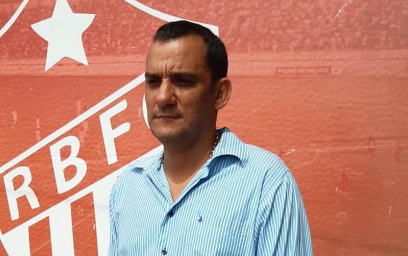 Valdemar Neto, presidente do Rio Branco-AC, informou desistência do clube da Série D ao elenco do Estrelão — Foto: Kelton Pinho