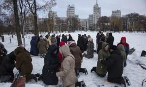 Há cinco anos, ucranianos oram de joelhos em praça pública contra volta do comunismo
