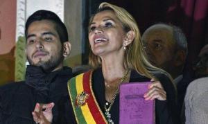 """""""A Bíblia volta ao Palácio"""", diz presidente interina em posse na Bolívia"""