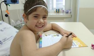"""Menina de 8 anos inspira com sua fé após luta contra o câncer: """"Aprendi que Deus cura"""""""