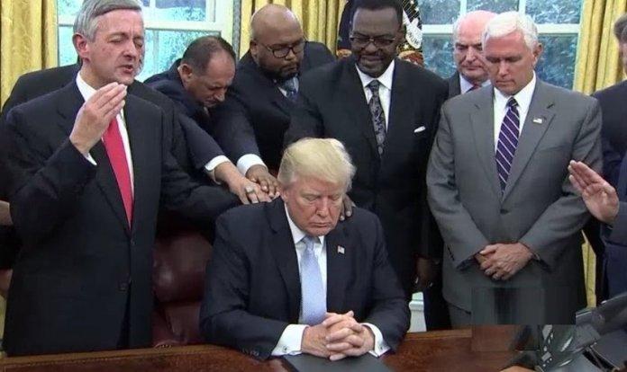 Conselheiros de Donald Trump orando por ele