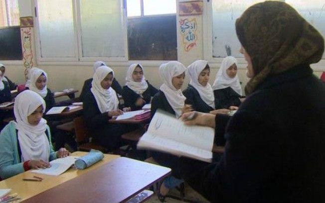 Sala de aula com alunos muçulmanos